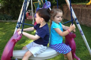 Enfants Au Swing, Garderie, Terrain De Jeux, Échangisme